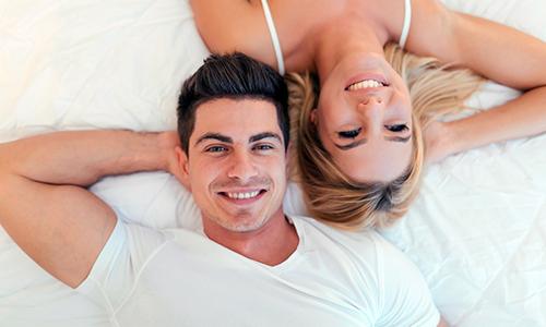Mand og kvinde på seng